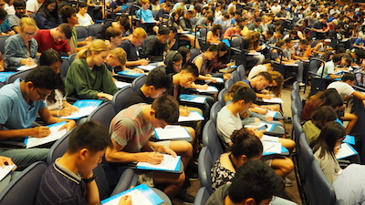 First-year Physical Sciences majors participate in a writing exercise at the 2018 Physical Sciences new student welcome event.